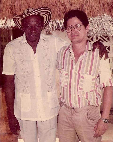 Alejo Durán en su casa de Planeta Rica en 1986 con el autor del artículo.