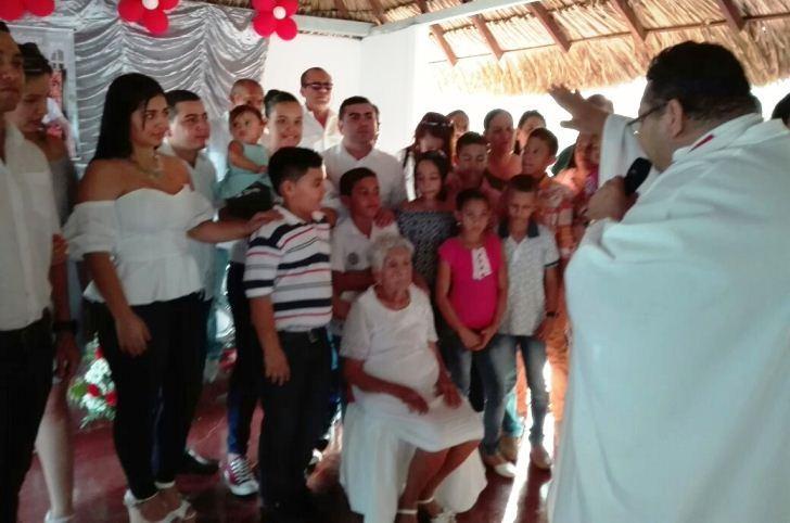 Marieta Isabel Ramos Fernández acompañada de sus familiares.