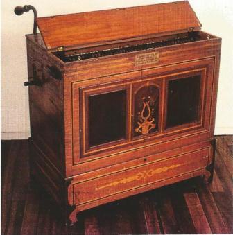 El organillo con el que fue a Bogotá a la exposición en el año de 1899. 89 de la independencia Nacional.