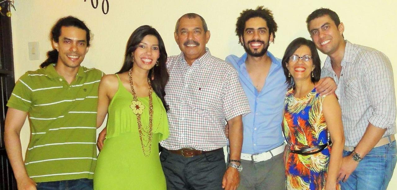 Con la esposa la sahagunense Lucy Portacio, e hijos.